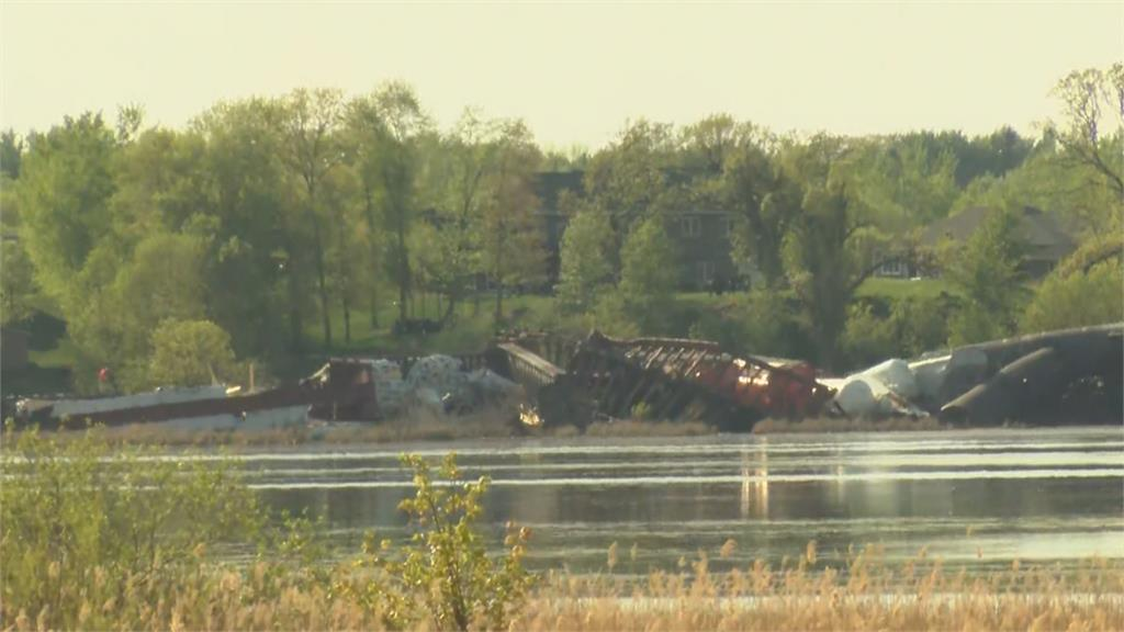 美國28節火車車廂湖邊出軌 有鹽酸外洩
