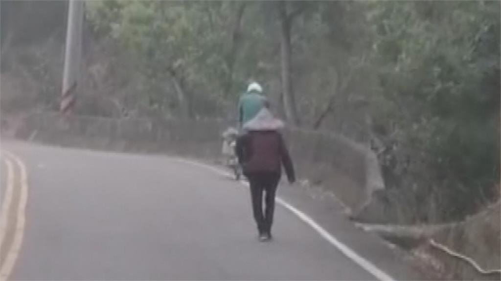 這位郵務士揪感心 幫老婆婆推回收車 上坡兩公里花50分鐘 路過民眾紛稱讚