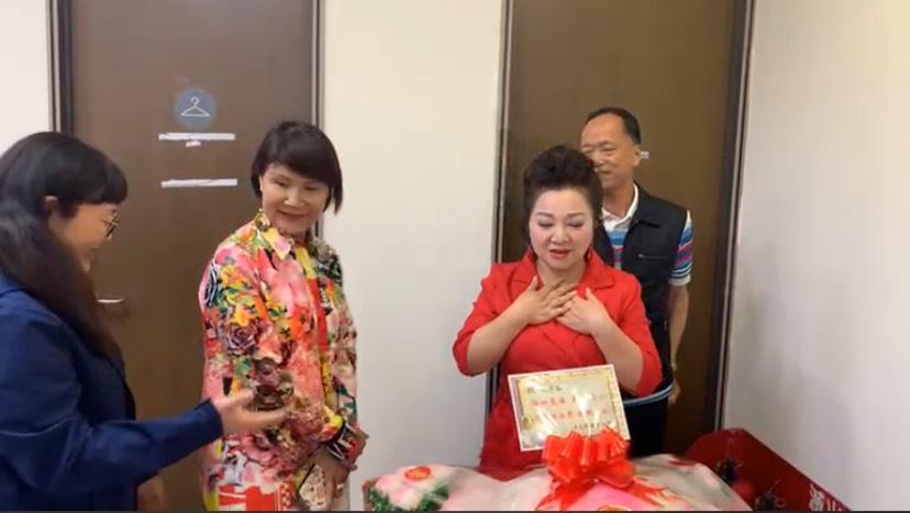 太狂!「綜藝大姐大」66歲生日淚崩!白冰冰放話:收視破3穿「比基尼」上街