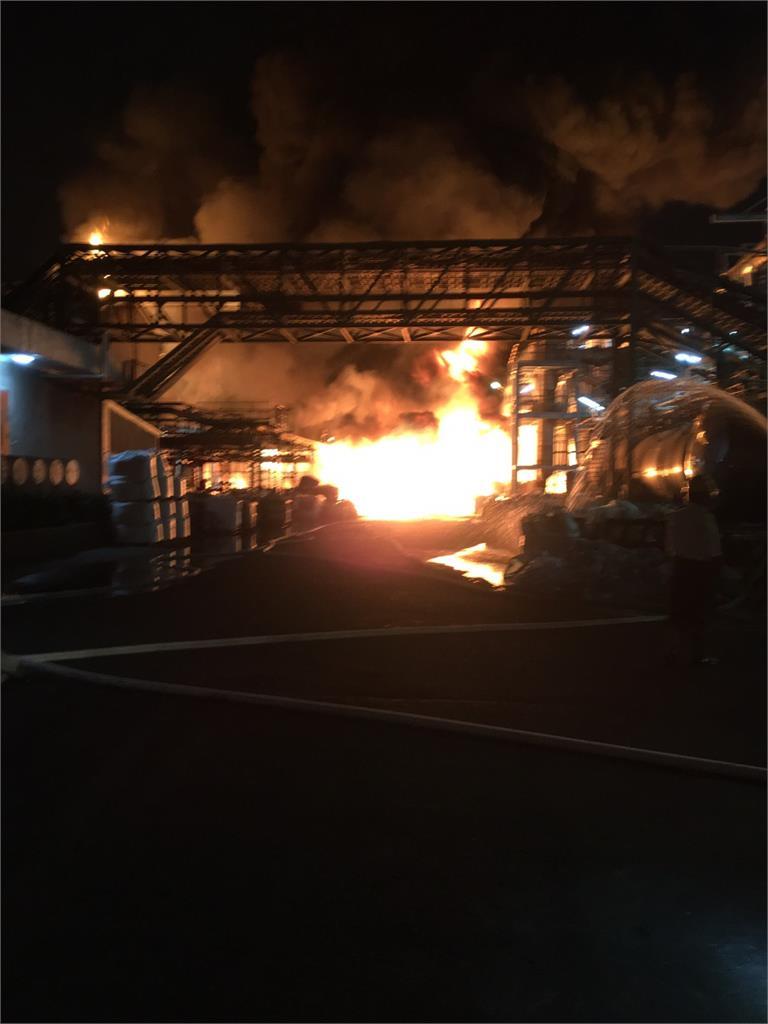 快新聞/高市林園化工廠濃火舌 火光伴隨黑煙持竄天際