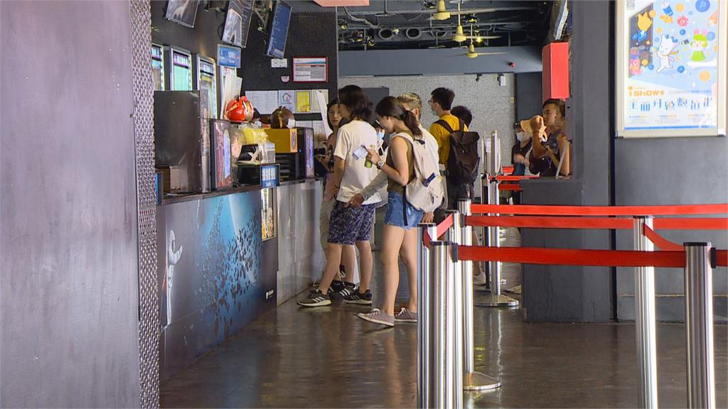 屹立西門町13年 「日新威秀」宣布熄燈   影迷不捨湧現場購票拍照留念