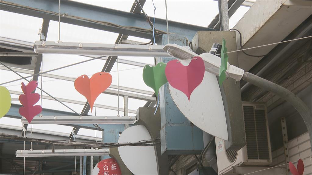 鹽埕公有市場「迷你路燈」 僅3米高矮別人一半