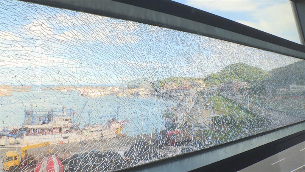 海科館玻璃蜘蛛網碎裂 驚見3彈孔、鋼珠彈