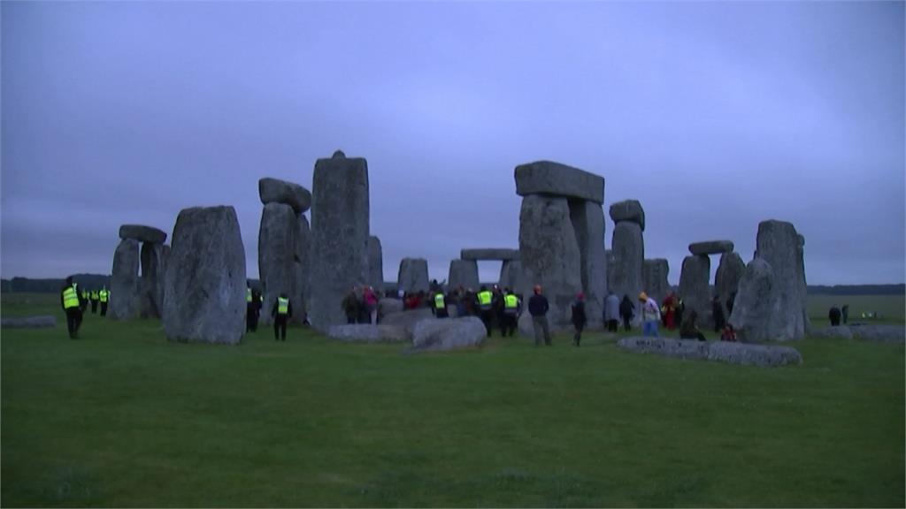 疫情迎夏至!!英國民眾齊聚巨石陣慶祝