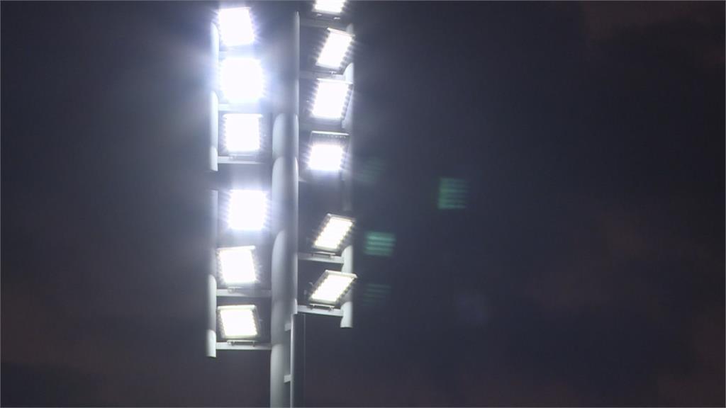 竹市田徑場新裝「LED照明」 民眾夜跑減負擔
