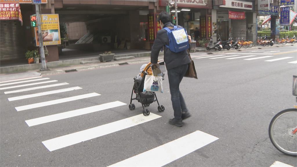 「公設變路障」過馬路像障礙賽 跨局處、單位會勘將重劃斑馬線