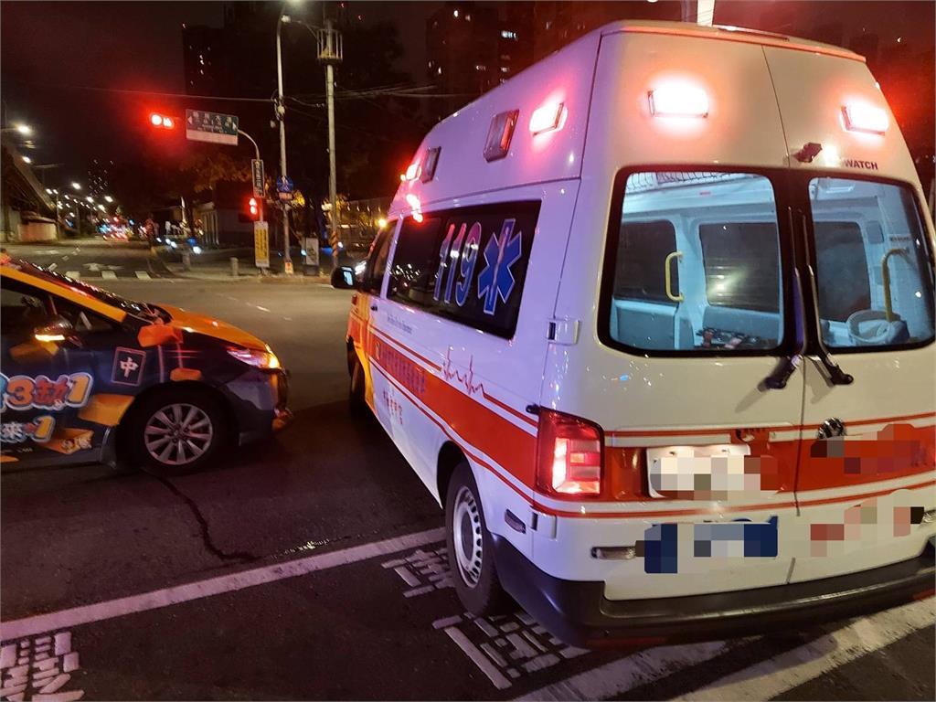 快新聞/新北板橋救護車載「疑似確診者」遭撞 警方穿防疫裝備抵現場