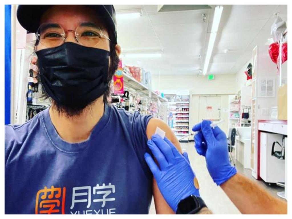王力宏「接種疫苗」照片曝!滿臉鬍子炸口罩 網傻眼:在雜貨店裡打?