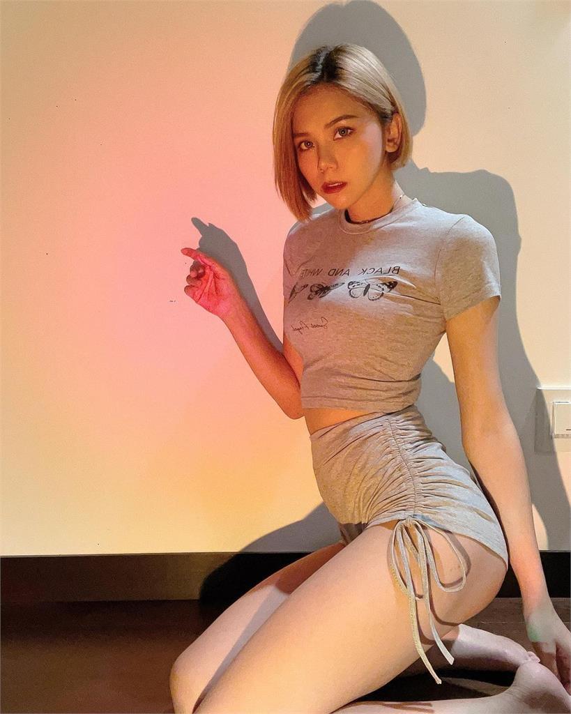凍未條了啦…蕾菈「衣服超緊」大秀火辣身材 短褲直逼絕對領域!