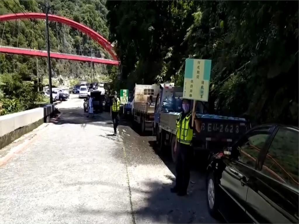 台中八仙山搶午時水 車陣湧入綿延數百米 警關切舉牌