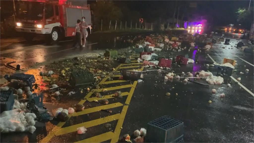 拖板車載水果「一個move大甩尾」車身撞上對向載白米貨車釀兩傷