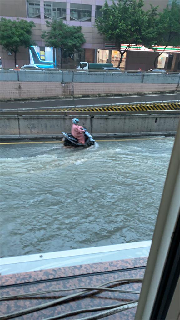 快新聞/北市信義區成「水都」 柯文哲: 災害應變中心一級開設
