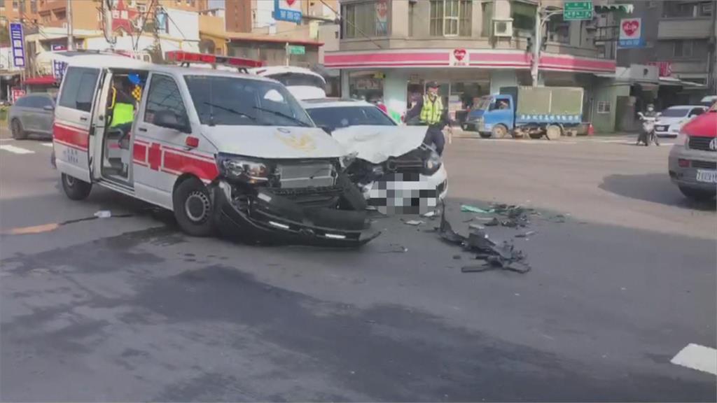 執行任務沒鳴笛 救護車路口對撞汽車零件四散