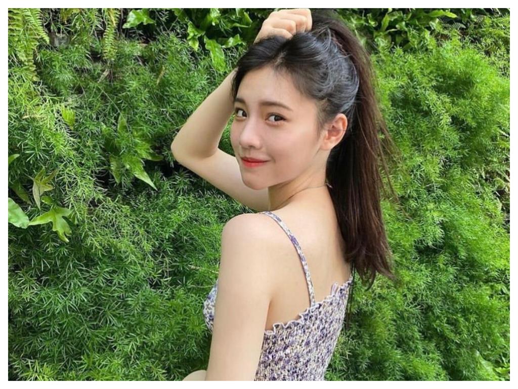 李㼈17歲女兒「細肩碎花」秀白皙美背 仙氣飄飄電暈3萬粉絲