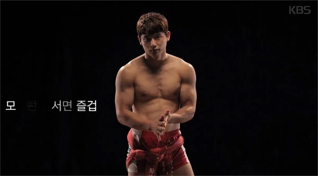 台角力選手「裸上身入鏡」秀8塊肌 穿中華隊隊服太帥網友暴動