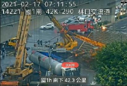 快新聞/開工首日滿載丙烯槽車翻覆「極度易燃」! 國1林口二南向匝道口封閉中