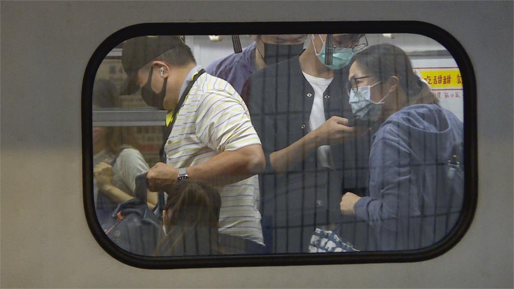 雙北三級警戒首上班日 區間車擁擠乘客戴面罩