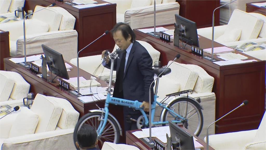 快新聞/柯黑大魔王又出招! 王世堅送腳踏車改編名言嗆柯:政治不難找回網軍而已